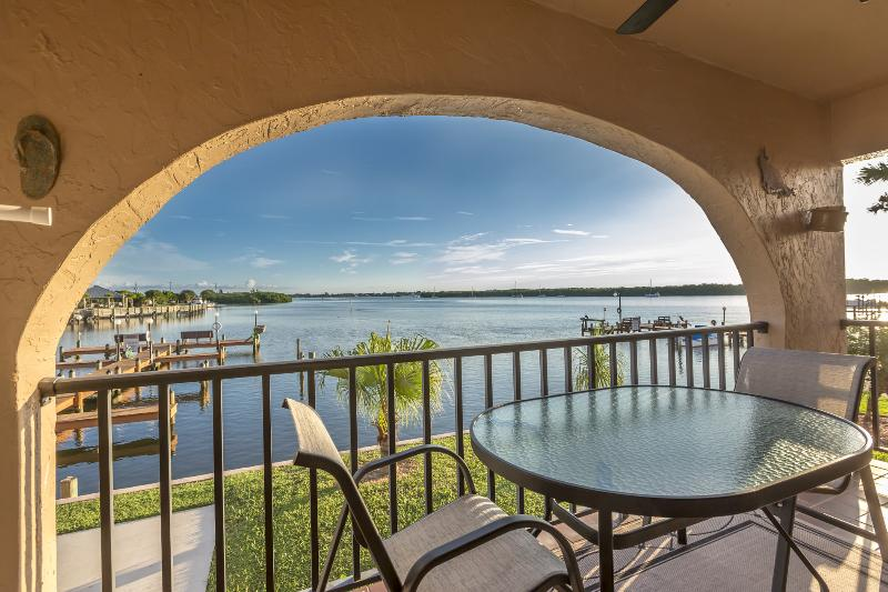 End unit affords panoramic view of Lemon Bay.