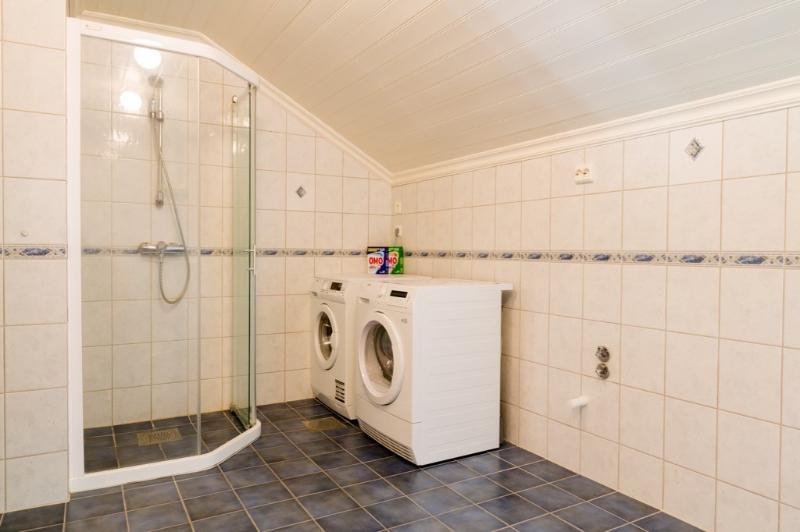 bath room With waschingmashine and dryer