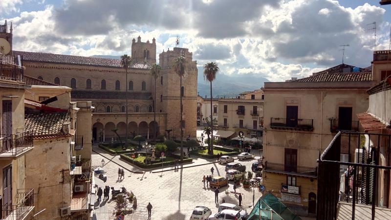 Dal balcone vedrete la Cattedrale e piazza Vittorio Emanuele.