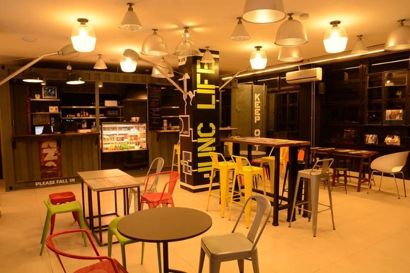 Cruce de Makati es un hostal de diseño cadera con un ambiente relajante y acogedor ambiente. De nueva construcción