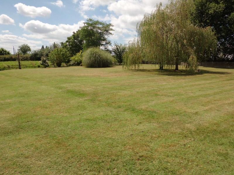 Le jardin - charges d'espace pour les jeux de balle, pétanque, etc..