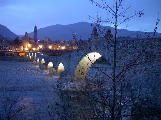Puente Jorobado Bobbio en Val Trebbia 34 kilometros