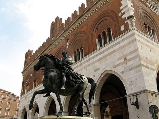 Palacio gótico en la Piazza Cavalli en Piacenza