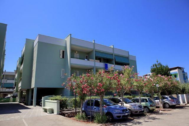Bilocale 4 posti letto in palazzina Baia Verde, Ferienwohnung in Baia Verde