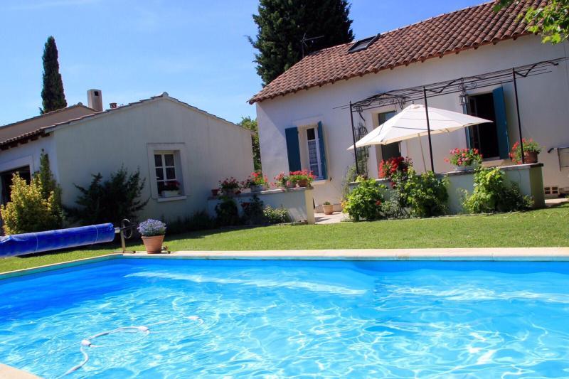 Charmante maison provençale avec piscine, holiday rental in Sorgues