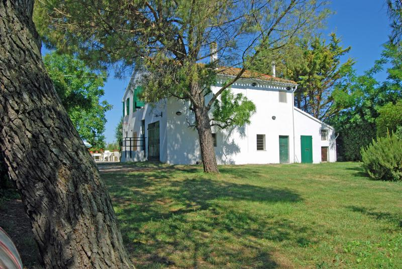 Casale per grandi famiglie vicino al mare, alquiler vacacional en Morro d'Alba