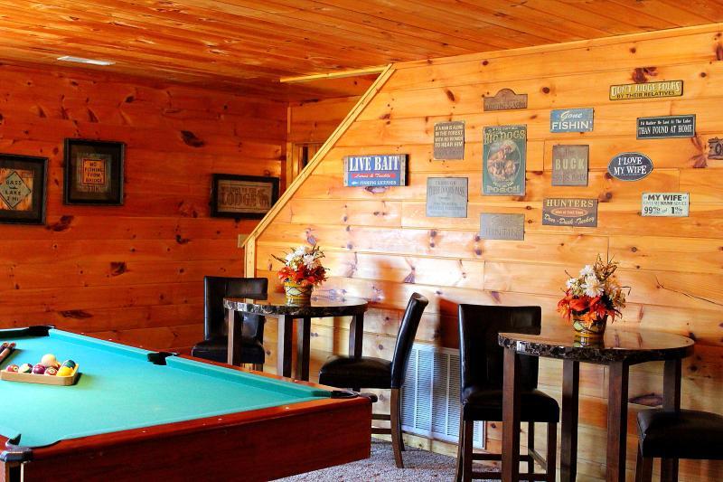 Smoky's Lodge 2br/2ba, sleeps up to 8 (2 queen beds + 2 queen sleeper sofas)
