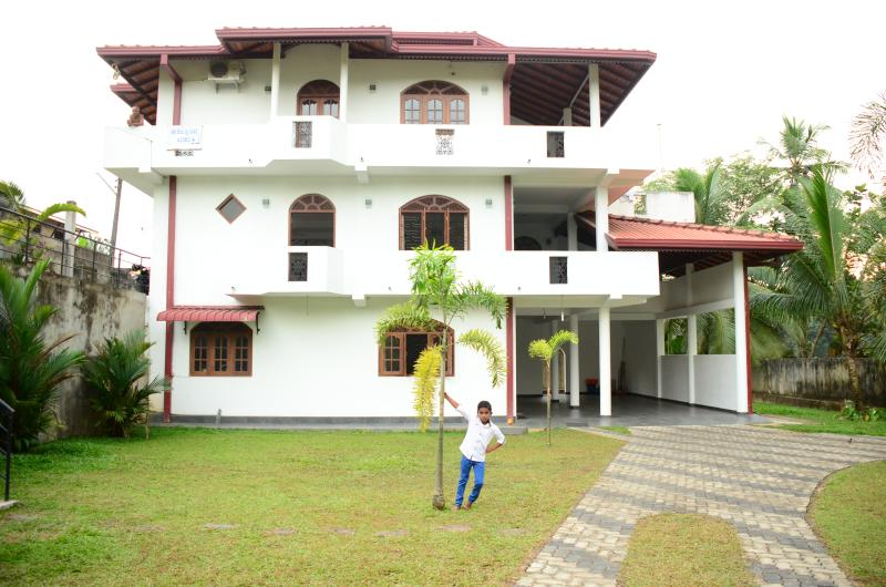Stay and  relax  in a  mansion at very reasonable  rates in Kalutara ,western Province  ,Sri Lanka