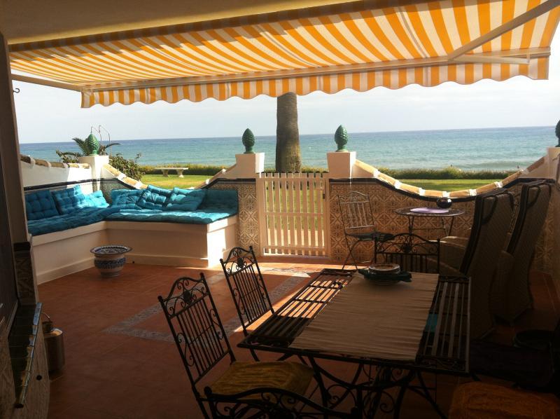 Terraza mirando al mar con acceso directo a la playa.