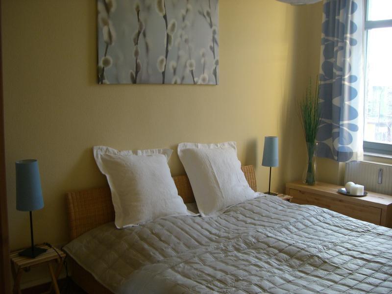 Schlafzimmer mit Rattanbett