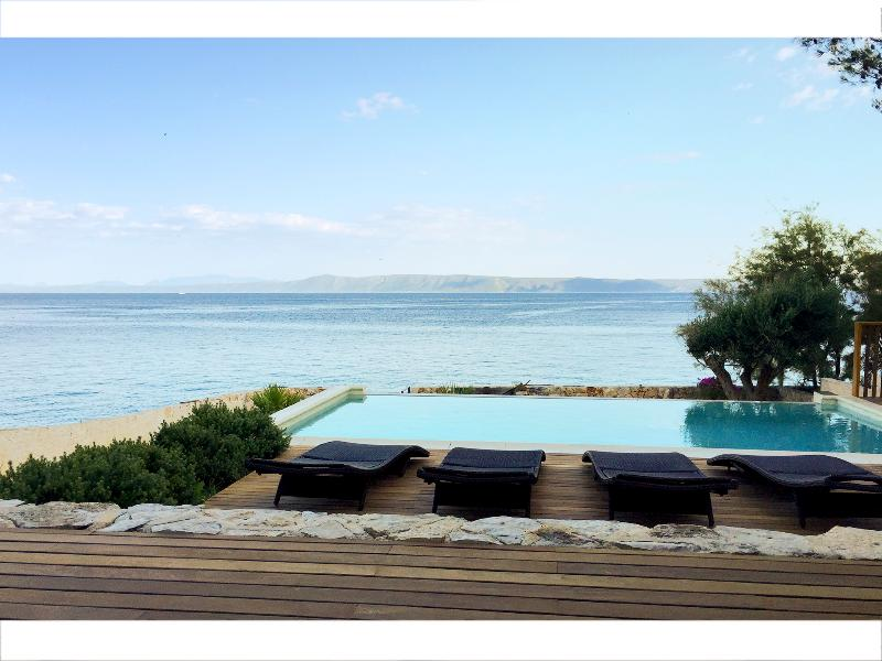 Amazing seafront setting. Infinity view pool., location de vacances à Sumartin
