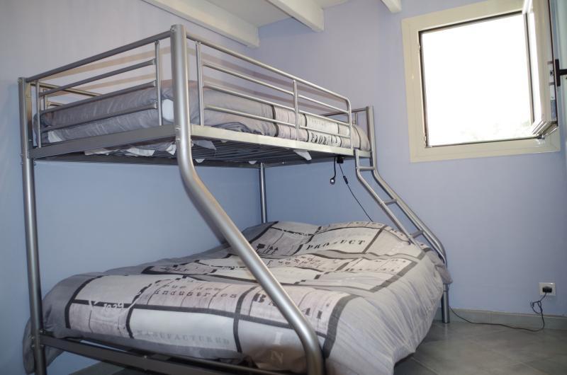 chambre 3 avec un lit superposé double et simple