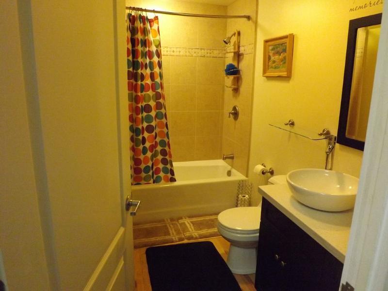 Salle de bain complète avec baignoire et douche