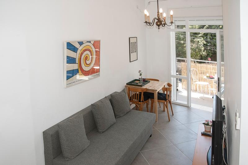 Carmel Apartments - 'Carmel' - Gorgeous apartment in the heart of Haifa, vakantiewoning in Haifa