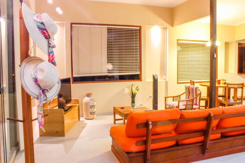 Amplia sala con balcón