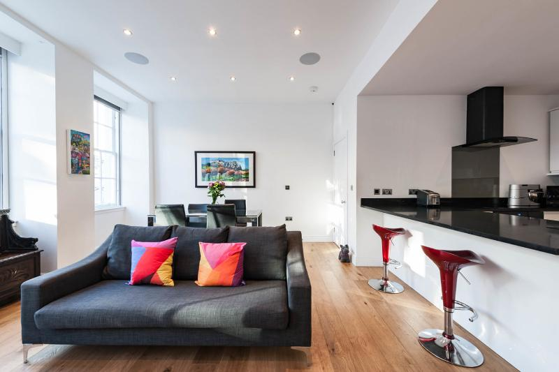 ROYAL MILE LUXURY AT CLAMSHELL LAND (WITH JACUZZI), vacation rental in Edinburgh