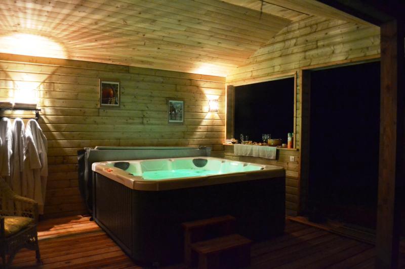 jacuzzi extérieur 6 places dont 1 allongée au chalet spa privatif au gîte