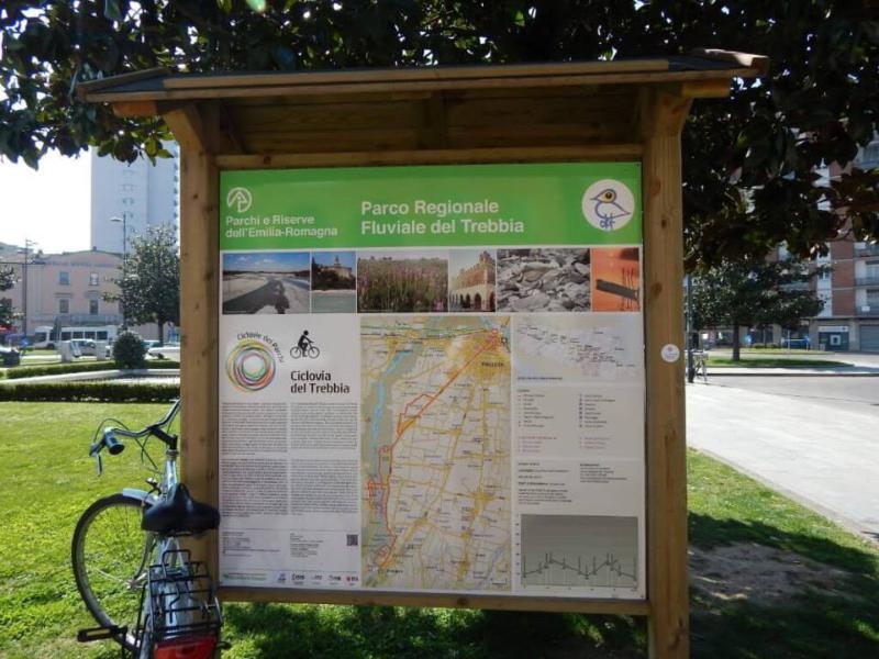 Indicaciones Ciclovía Trebbia Piazzale Marconi en la estación de tren de Piacenza