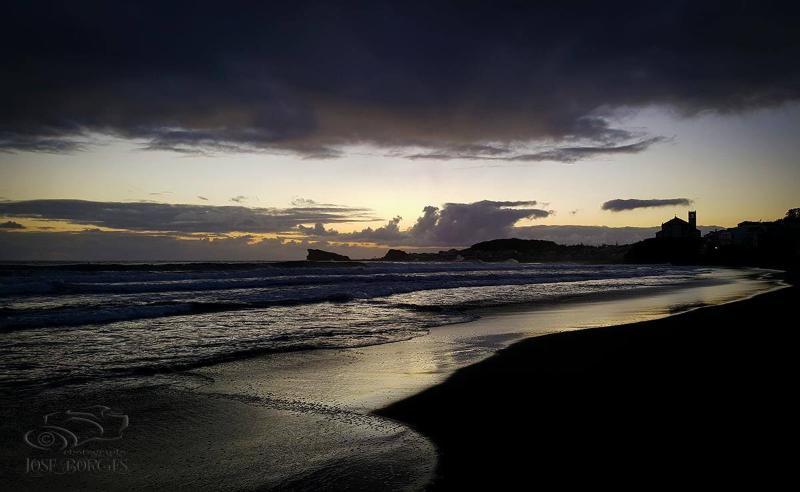 Milícias' beach (2 minutes by foot).