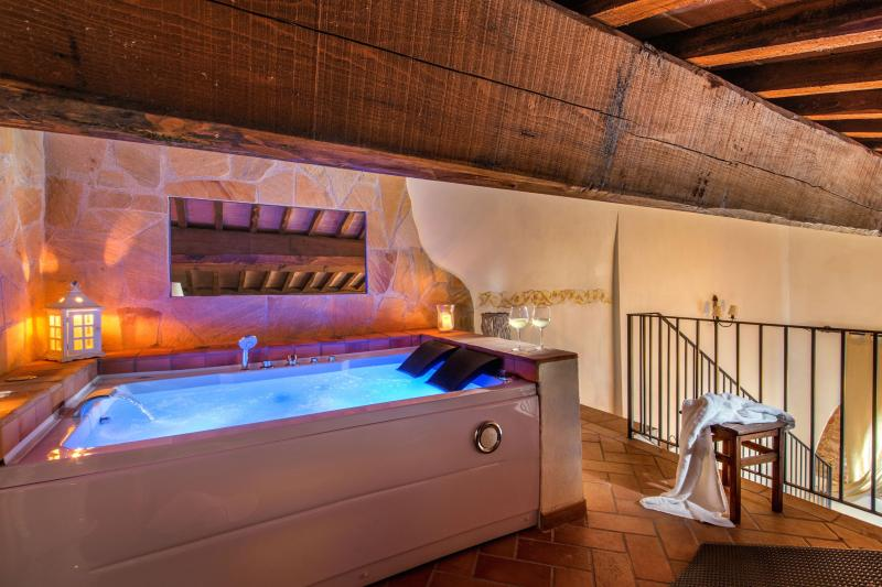 Abbadia Sicille, Suite with Jacuzzi, vacation rental in Trequanda