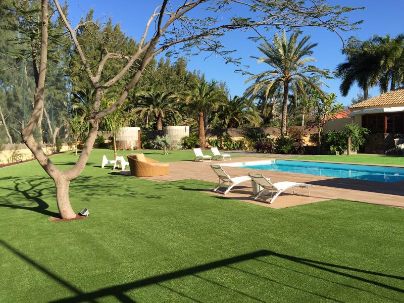 Grand and Luxurious Villa on a Golf Course with a Large Garden & Heated Pool, vacation rental in Maspalomas