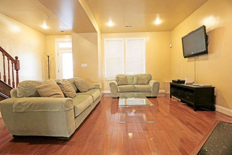Illinois Avenue Suites - 3 bed 2.5 bath Getaway - Your home away from home!!!!!!, vacation rental in Suitland