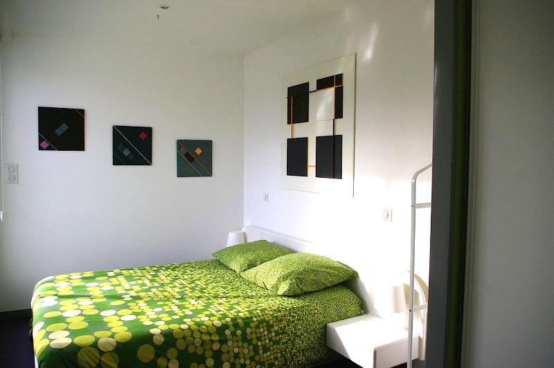 la chambre  avec les tableaux contemporains de l'artiste propriétaire du gîte. Lit fait à l'arrivée;