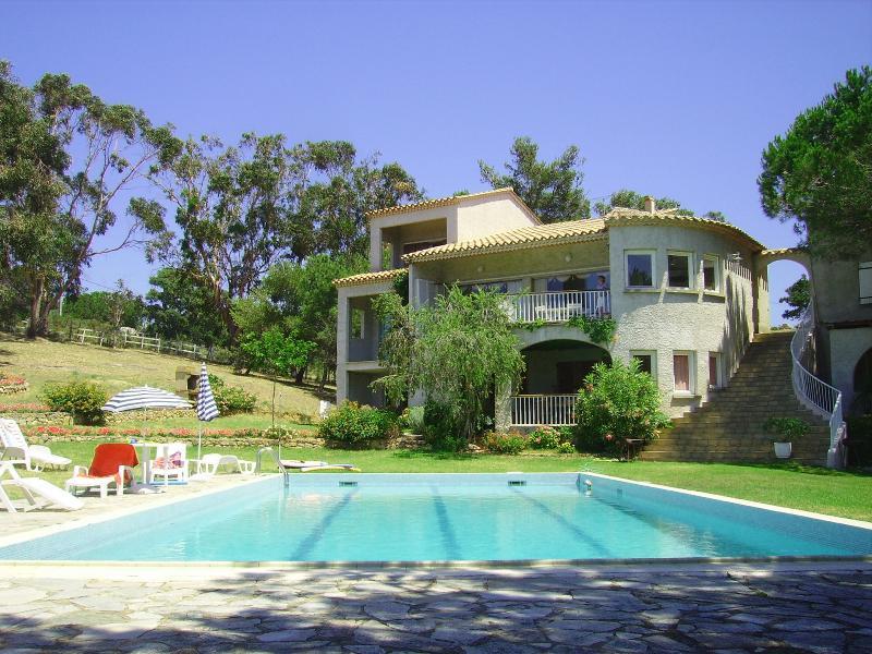 Appartement F3 pour 4/5 personnes, face à la piscine 17x 7m grand jardin fleuri arboré vue mer