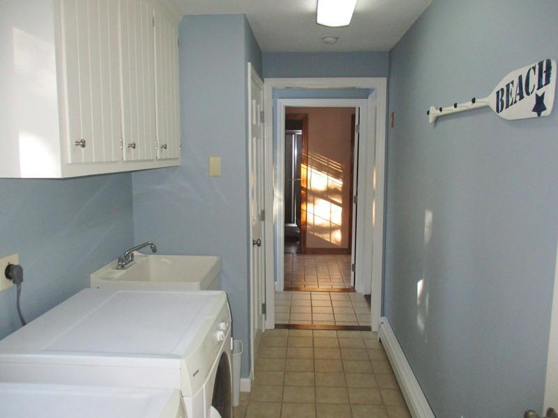 Wasruimte off van de keuken. Er is ook een bad aan het eind van de hal die wordt aangesloten op de master bedroom - 14 Deer Run South Harwich Cape Cod New England vakantie