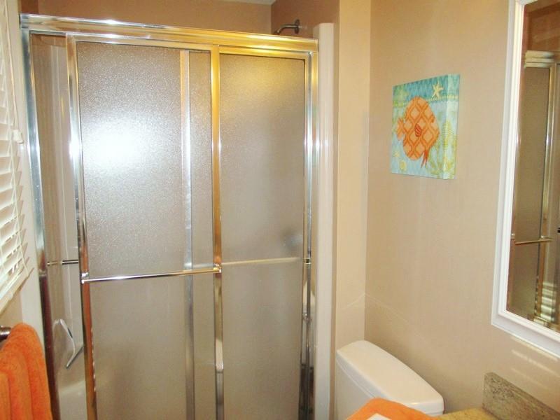 en een eigen badkamer met douche - 14 Deer Run South Harwich Cape Cod New England vakantie