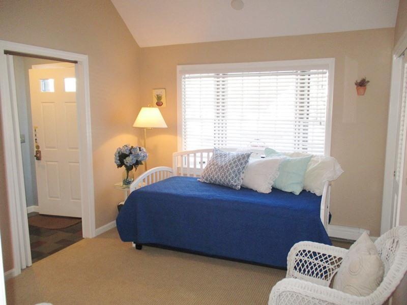 Slaapkamer # 4 met uitschuifbed (2 slaapplaatsen als twee tweelingen) en privacy deuren naar woonkamer - 14 Deer Run South Harwich Cape Cod New England vakantie