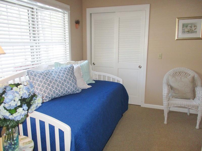 Slaapkamer # 4 met Uitschuifbed (2 slaapplaatsen als twee tweelingen) en een kast - 14 Deer Run South Harwich Cape Cod New England vakantie