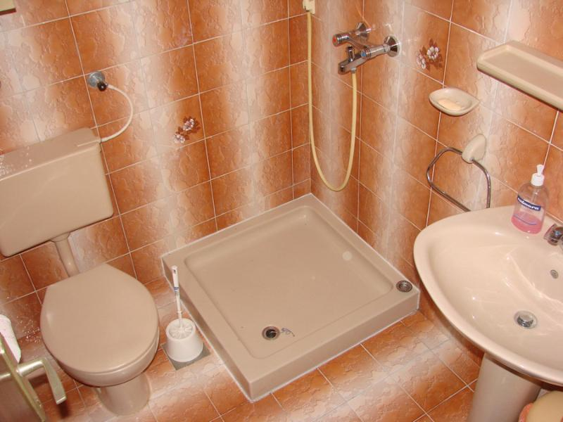 A4(2+1): bathroom with toilet