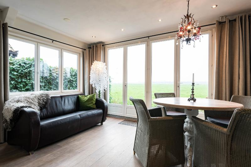 Picturesque cottage in old part of Amsterdam – semesterbostad i Muiden