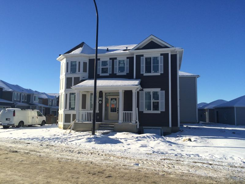 Sunny Bright Beautiful New Home, alquiler de vacaciones en Airdrie