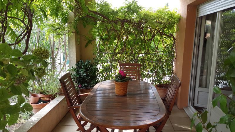 Terrasse et salon de jardin pour manger dehors