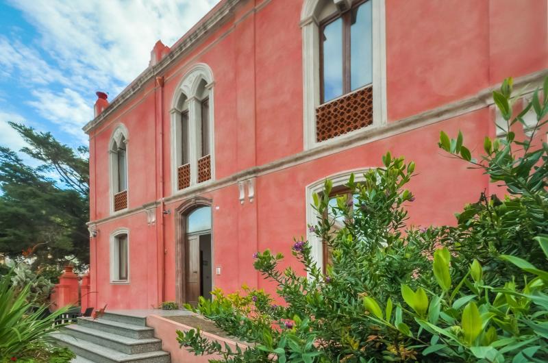 The Pink Palace - Apartment La Campagna, location de vacances à Bosa