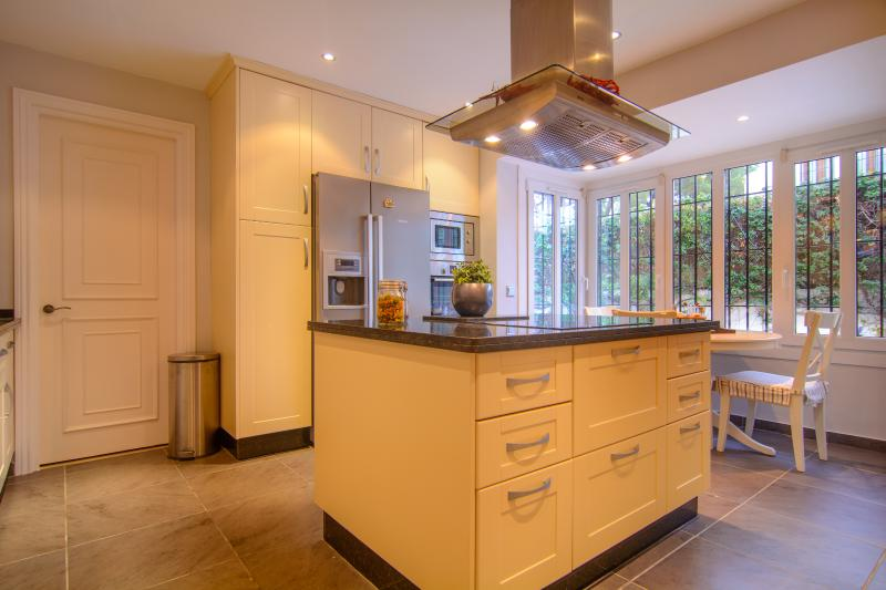 Completely equipped kitchen with kitchen island