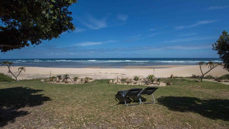 Oavbruten utsikt med direkt tillgång till stranden från trädgården.