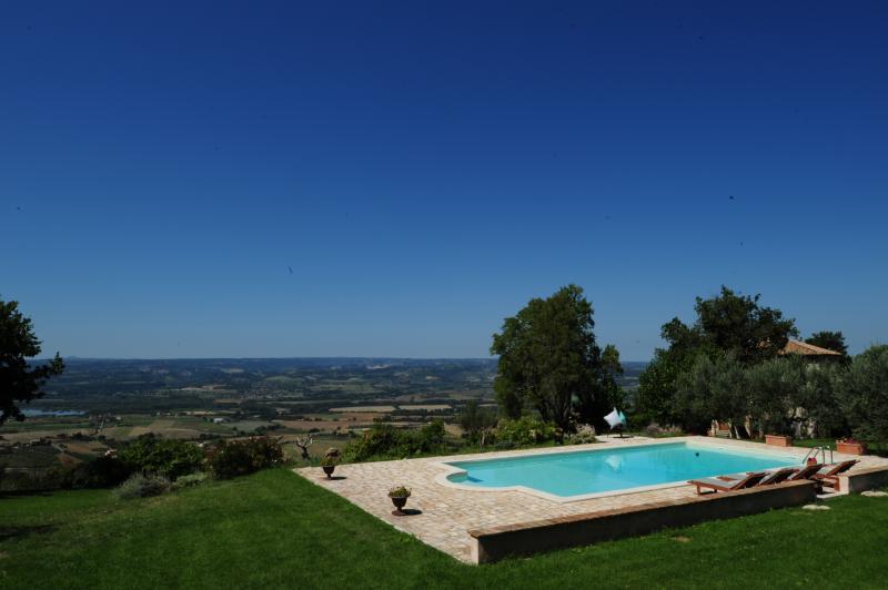piscina privada con un panorama de la Maremma Lazio y Toscana Maremma con una rodaja de Umbría en 'nuestro lado'