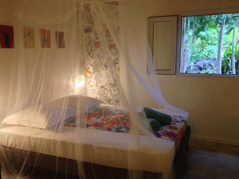 Une belle chambre avec un lit King Size donnant sur le jardin
