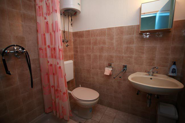 A1 PLAVI(2+1): bathroom with toilet