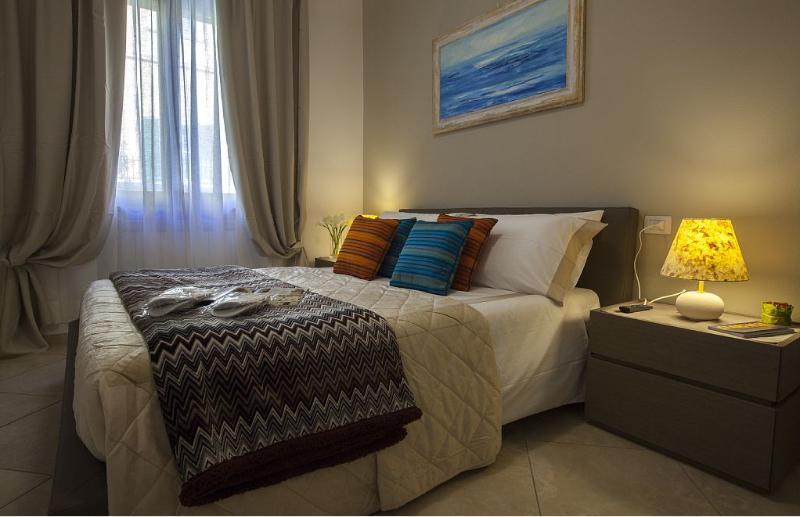 Camera da letto matrimoniale elegante, molto luminosa, dotata di TV satellitare e di un armadio.