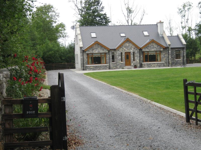 Luxurious 4 Bedroom House  in the West of Ireland, location de vacances à Mountbellew