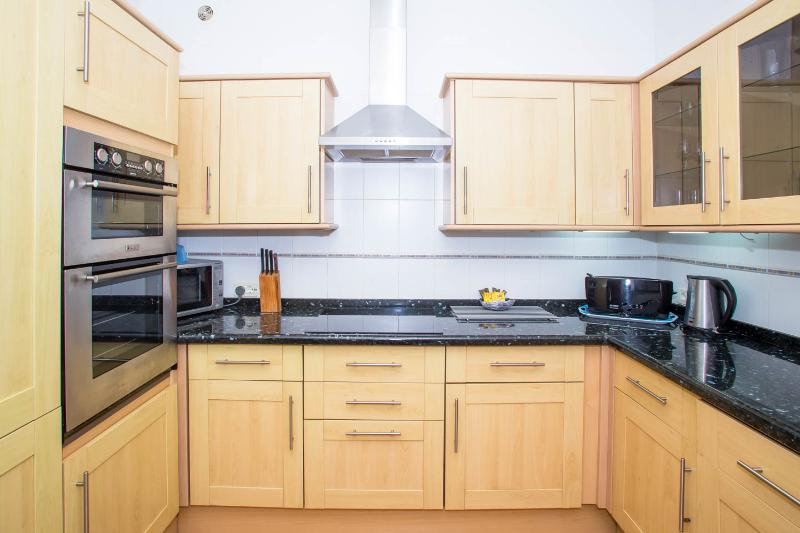 Double oven, microwave, well equipped kitchen.
