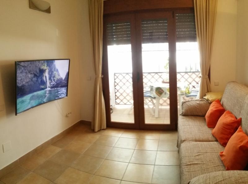 Salón confortable con sofá supercómodo y Smart-TV con acceso a internet y otras aplicaciones...