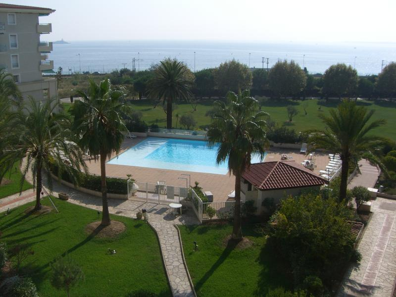 Garden of the building, swimming pool, public parc and beach.