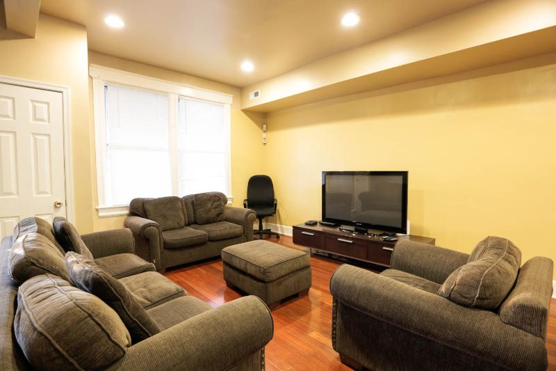 Modern Charm,Roomy 4/3+ Suites,Parking,You're home, vacation rental in Suitland