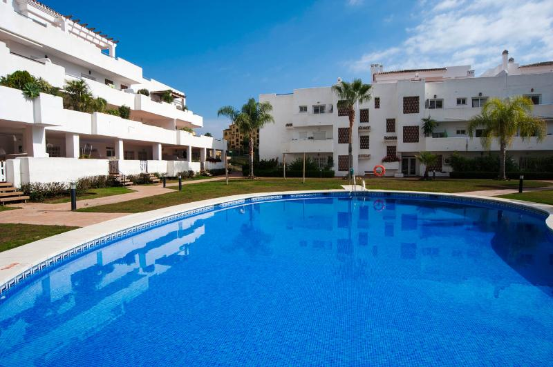 Comfortable apartment | private, sun-soaked patio & garden | parking, Ferienwohnung in Estepona