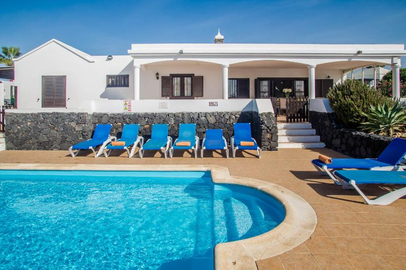 Villa Maritima with Gated and Heated Pool, Wifi and 2 jacuzzis. Great location!, holiday rental in Playa Blanca